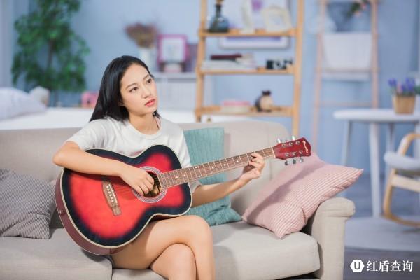 conew_摄图网_501373070_女性客厅弹吉他(企业商用)